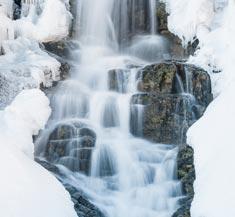 Cascada de Gredos en invierno rodeada de hielo