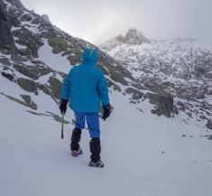 Montañero con cramponer y piolet en Gredos