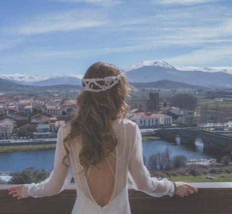 Novia mira al infinito en las vistas del Hotel Mirador de Gredos